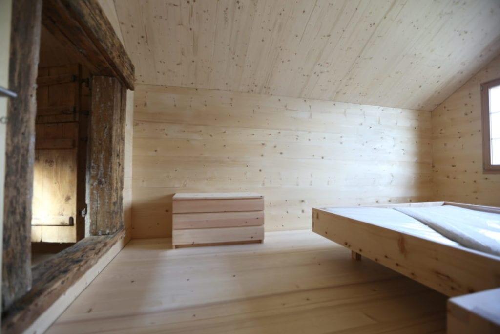Innenausbau und Bett aus Holz