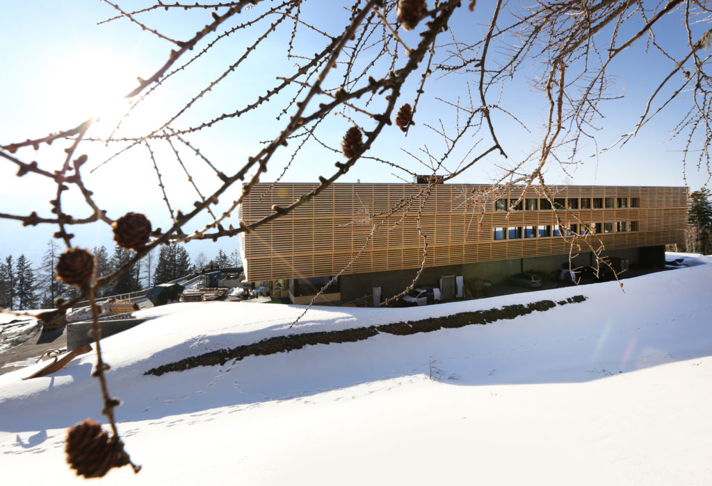 Clinicum Alpinum Aussenansicht Holzfassade