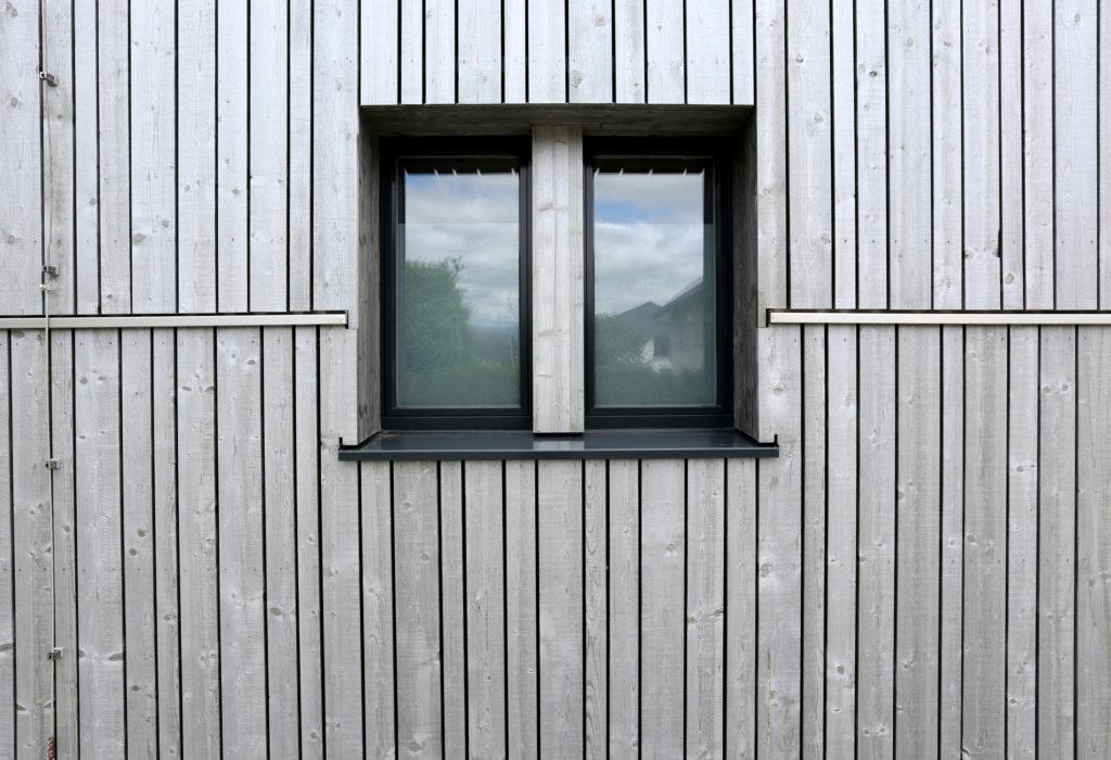 Mehrfamillienhaus Aussenansicht Fenster