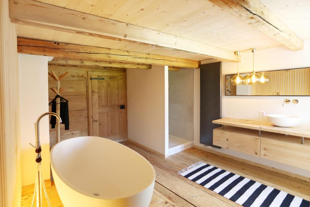 Badewanne Badmoebel Holzdecke Holzboden