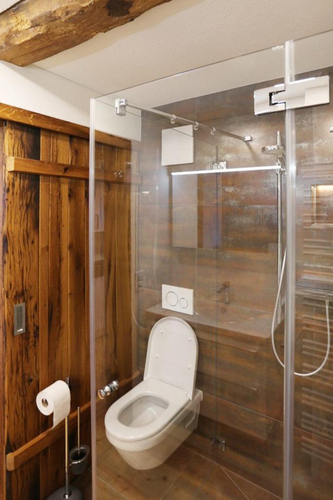 Badezimmer Altholz Fichte Toilette Dusche Duschwand