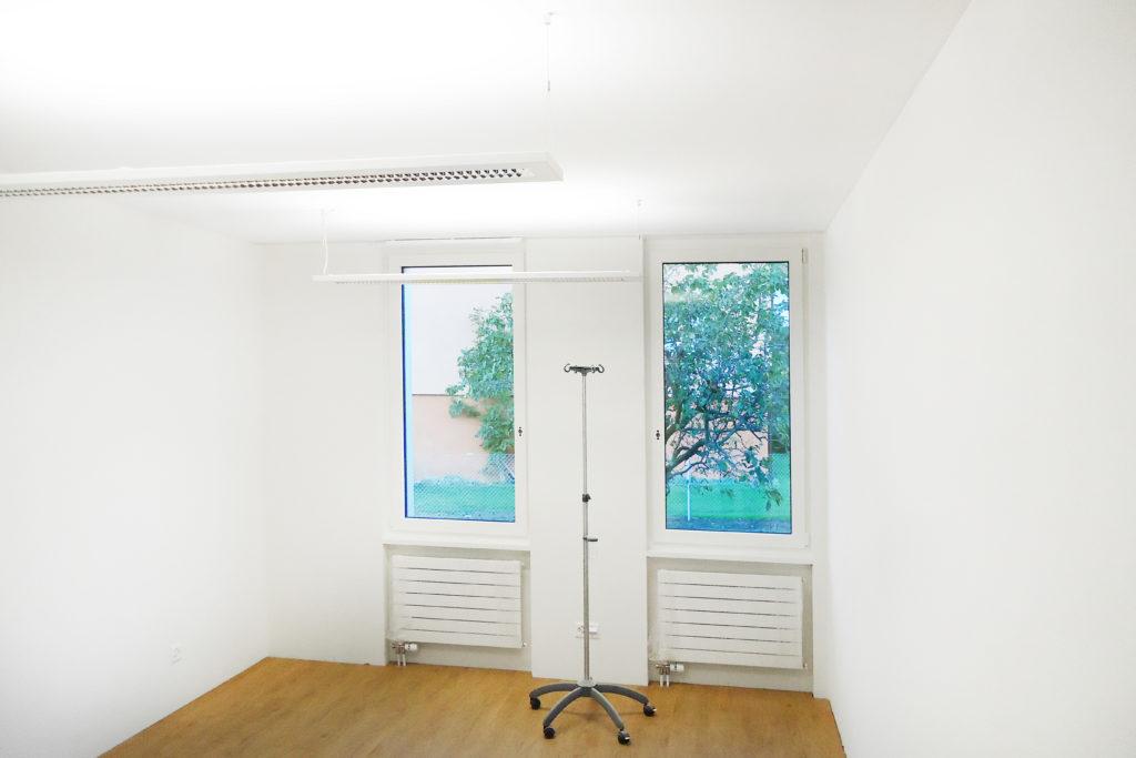 Praxiserweiterung Hatziisaak Holzboden Holz Aluminium Fenster