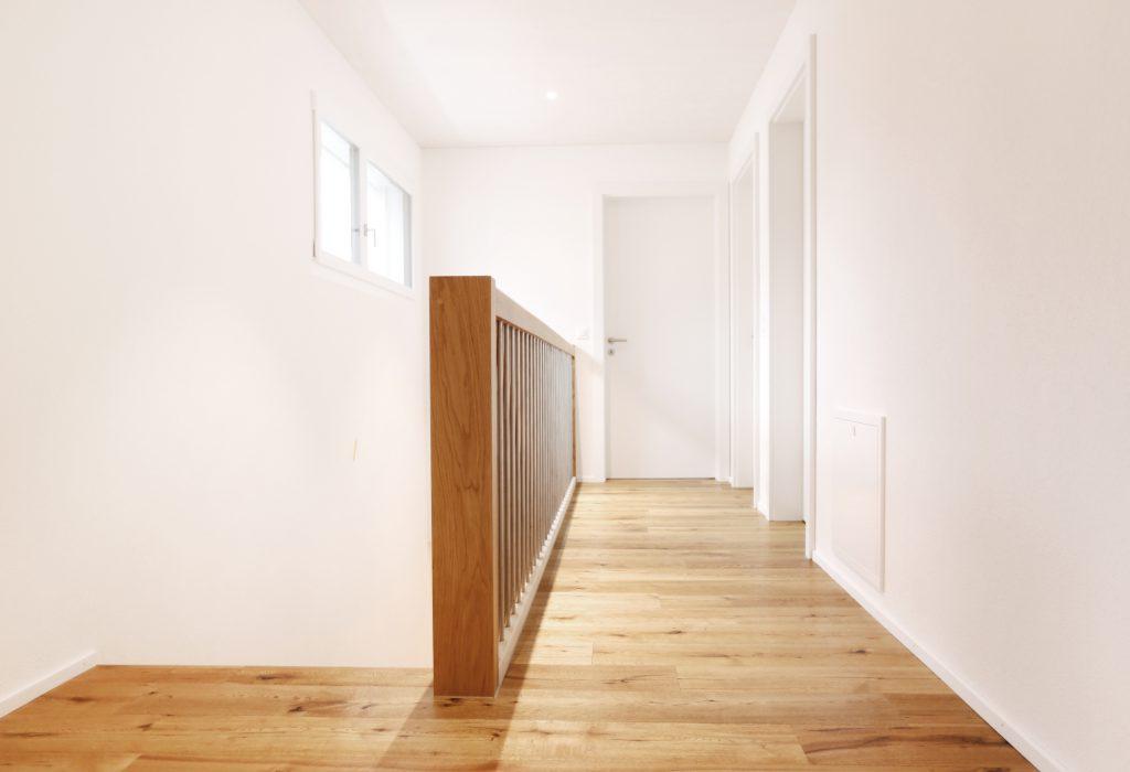 Neubau Einfamilienhaus Treppe Stakettengelaender Bodenbelag Eiche