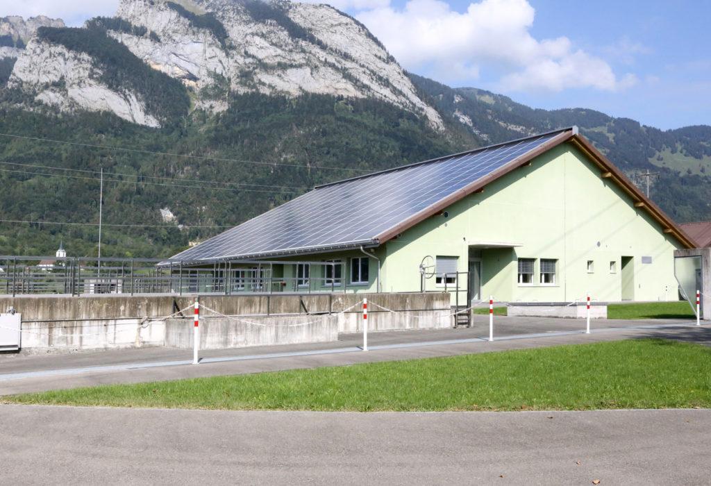 Neubau Betriebsgebaeude Photovoltaik Aussenansicht