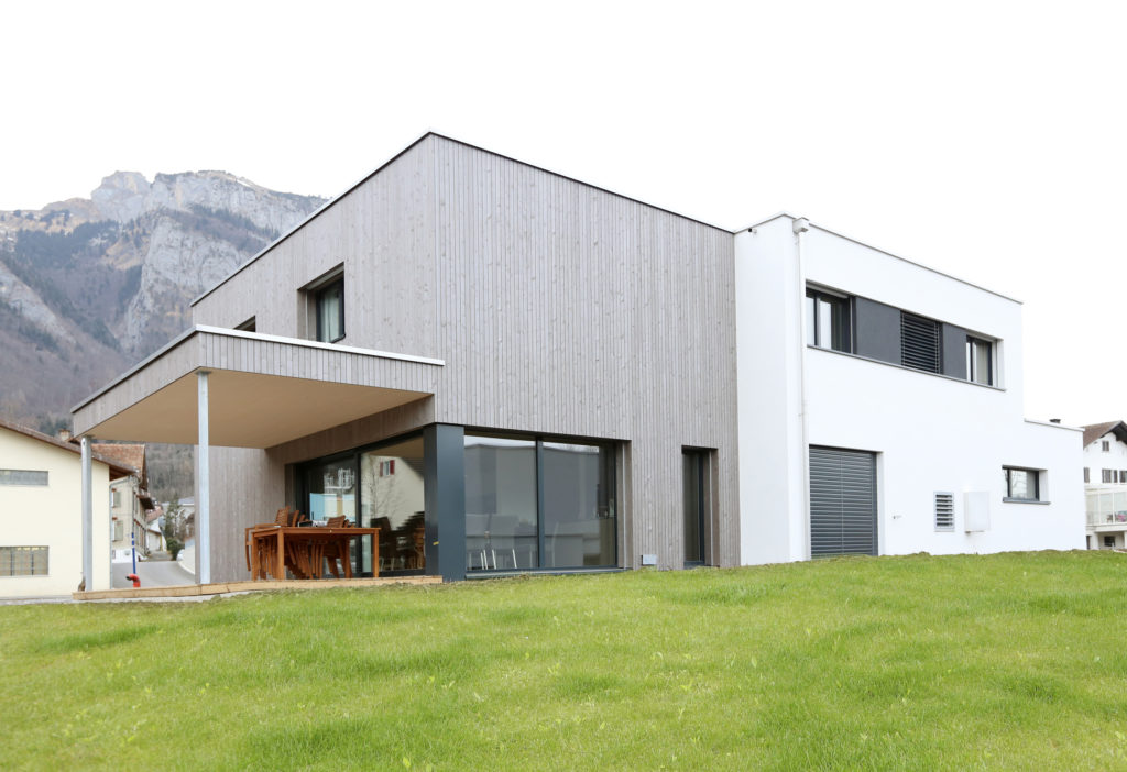 Neubau Einfamilienhaus Architektur Holzbau Holzfassade Flachdach Kunststoff Aluminium Fenster